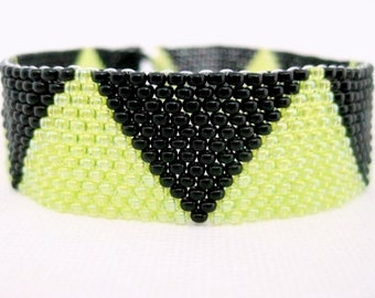 Peyote Bracelet / Beaded Bracelet in Black and Chartreuse / Seed Bead Bracelet / Triangle Bracelet / Geometric Bracelet / Beadwoven