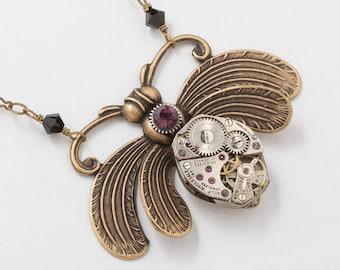 Abeille collier, bijoux Steampunk avec un mouvement de montre Vintage argent, Améthyste Cristal situé dans un engrenage & de perles de cristal noir, de pendentif abeille en or