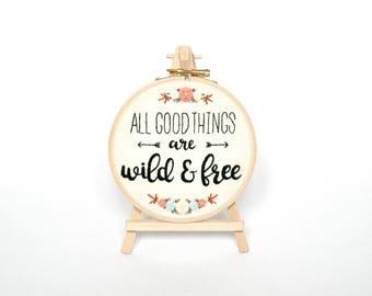 Aller guten Dinge sind wild und frei Stickrahmen Hand bestickt gerahmt Thoreau Zitat, Freizeitkleidung Geschenk für ihr Kinderzimmer Stickerei Wandkunst