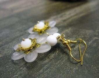 White Flower Earrings, white lucite flower earrings, white earrings, lucite earrings, gold earrings, flower earrings, lucite flower earrings