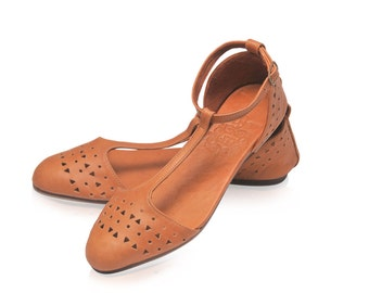 MOZAIC. Pointy toe shoes / womens shoes / leather flats / ballet flats / t strap shoe / t strap flat. Available in different leather colors.