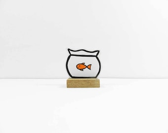 Wooden Fishbowl with a goldfish size XXS. Ideal pet for at home or the office. Great gift!