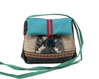 Small satchel shoulder associated with turquoise and gray. Original clutch with flap. Light and practical bag.