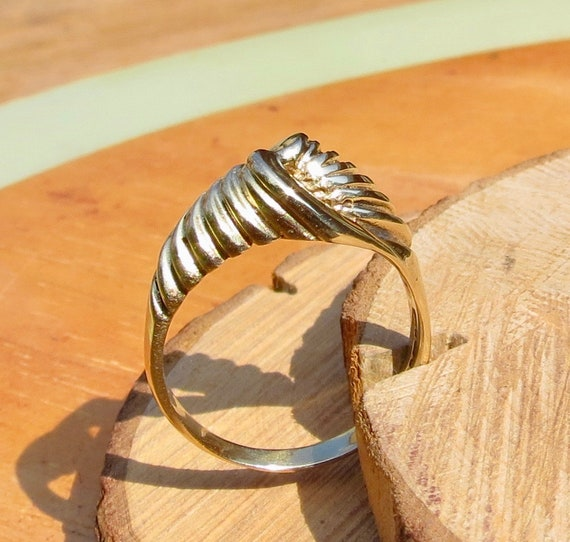 9K yellow gold turned design ring