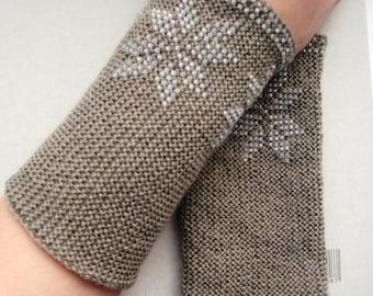Star pattern handknitted grey wristwarmers