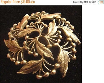 SaLE - 1973 AMWAY Pewter Holly Leaves  & Berries Round Pin Brooch (1425)