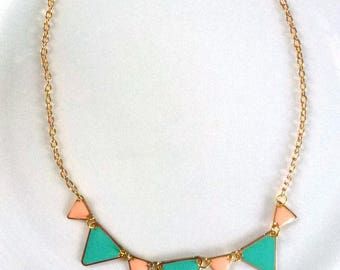 crew neck Scandinavian triangles enamelled green and salmon on gold metal, golden chain closed with lobster clasp