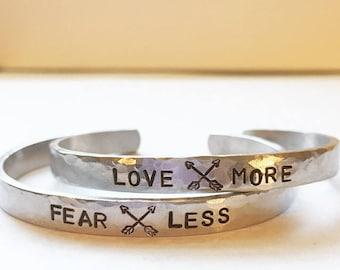Amour plus / crains moins - fabriquées à la main - Bracelet manchette en argent, aluminium