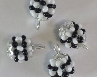 4 pendants seed beads (2.5 mm) white/black mother of Pearl