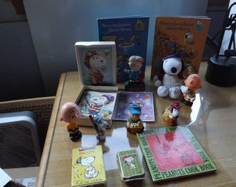 Lot of Peanuts Characters Snoopy Charlie Brown