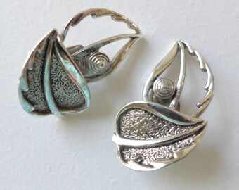 Leaf Clip on earrings Sarah Coventry Fashion Jewelry Silvertone Vintage Jewelry signed