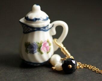 Teekanne Halskette. Blau Tee Kanne Halskette. Porzellankette. Viktorianischen Schmuck. Kristall Charm Halskette. Blaue Kette. Handgemachten Schmuck.