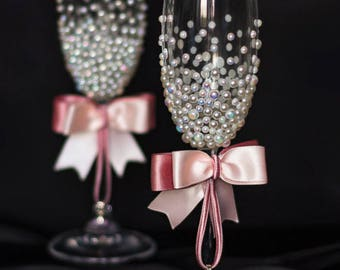 Wedding glasses Pink toasting flutes with pearls Wedding flutes with pink bow Personalized wedding flutes Bride and Groom engagement glasses