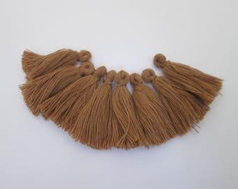 8 pompons en fils de coton longueur 3 cm couleur : caramel