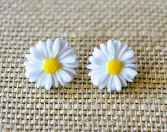 White Daisies . Studs . Earrings