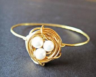 Gold stapelbar Pearl Vögel nisten Draht gewickelt Armreif, weiße Perlen, Naturliebhaber, einfache Perlenarmband, Vögel nisten Schmuck, Mütter Armband