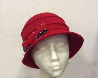 Cloche hat in red felt, thin black and white leather strap