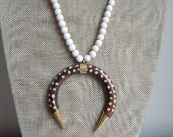 Dotted double horn brown pendant with white wood beads, horn necklace, long layering necklace, neutral, boho necklace, beach chic
