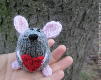 Miniature mouse amigurumi, girlfriend gift for her , romantic gift, cute mouse plush, mouse with heart, little gifts, Valentine mouse
