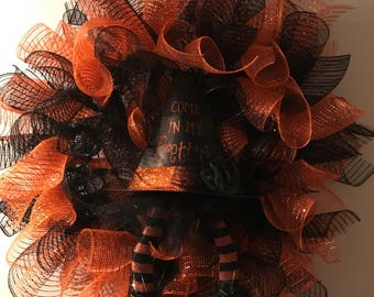 halloween black and orange witch hat with legs 'Come in my pretty' wreath