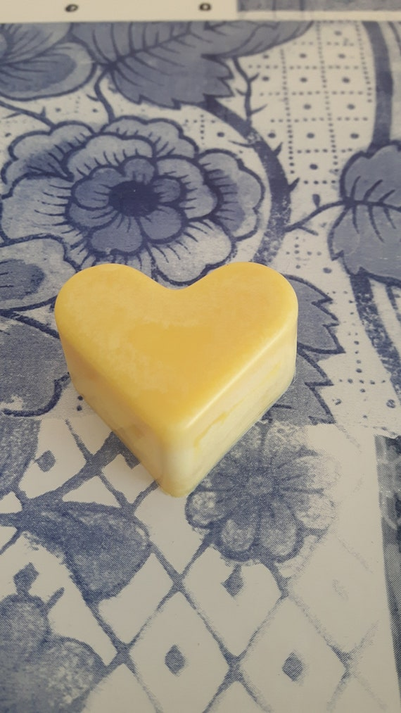 Lemon drizzle cake wax melts.  Vegan eco friendly soy wax melts.  Hand poured scented soy wax melts for oil burners.  Made in Wales