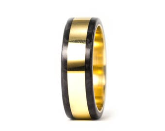 18ct gold and carbon fiber twill. Unique gold wedding band. Water resistant and very durable (04702_6N)