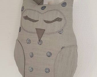 Musical suspension owl in gray linen and silver polka dots