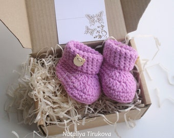 Crochet Girl Booties With wood button/PREGNANCY REVEAL/Crochet booties/Baby girl shoes/New Baby shower gift/Crochet baby shoes/Baby booties