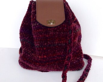 Bordeaux-colored backpack, crochet in chenille cotton, bottom with legs and brown patella