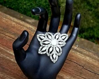 flower brooch / rhinestone brooch / vintage brooch / old fashioned / costume jewelry / crystal rhinestones / crystal brooch / stunning class