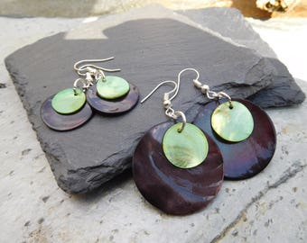 Layered disc earrings, made of shiny shell in contrasting black and olive green.