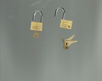 2 little rock locks and 4 keys