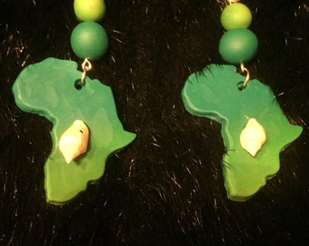 Green continent of Africa w/cowry shell