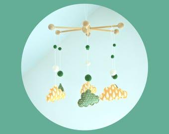 Mobile déco nuages - Jaune et vert - Motifs gouttes et motifs géométriques - Bois, tissu et coton bio -