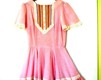 Boho vintage 70s pink crinkled cotton dress with two tier full skirt, white lace and rainbow color lace. Made by Partners Please. Size6.