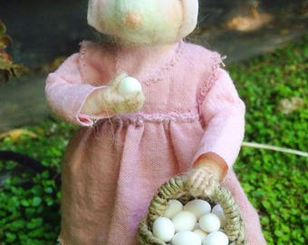 Needle Felted Mouse: Dorothea and her basket of eggs