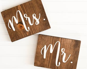 READY TO SHIP Mr and Mrs Wooden Sign| Rustic Wedding Decor| Wooden Wedding Decor| Table Sign| Farmhouse Wedding| Winter Wedding