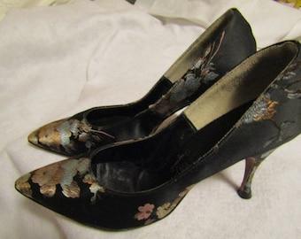Vintage Ladies Black FLORAL Satin PUMPS by Mandels