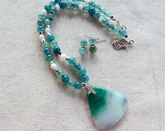 19 Inch Green and White Banded Agate Pendant Necklace with Earrings