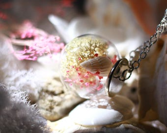 This beautiful globe encloses a piece of your memories ... the sea, shells, summer, sun ... life ....
