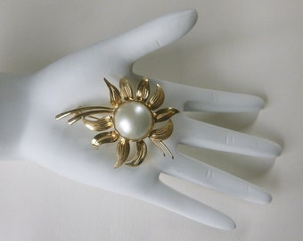 Mid-century 14K solid gold dimensional flower brooch with 17.5 mm south sea mabe pearl