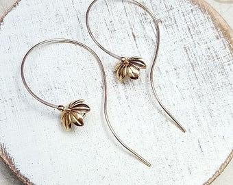 Gold flower Earrings. Gold Bellflower earrings. Petal earrings. Flower hoops. Minimalist earrings. Nature Jewelry. Bluebell earrings