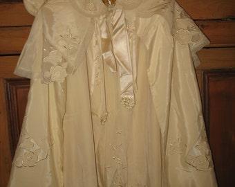 Robe et cape ancienne .Ensemble de baptême vintage 1947.Vêtement bébé couleur écru.