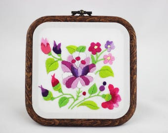 embroidery hoop picture , hoop art , hand embroidered wall hanging with purple flowers