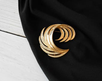 Gold Feather Brooch by Crown Trifari, Brushed and High Polish Textured Pin, Curled Layered Plume
