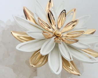 Signed Sarah Coventry White Gold Floral Brooch Pin... 1960's 1970's... Water Lily Brooch Pin