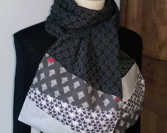 Scarf in charcoal gray fabric with grey and Ecru end.