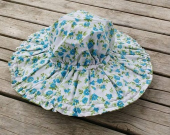 Reversible sun hat in blue rose and green.
