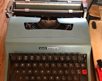 Olivetti Lettera 32 Cliassic Vintage Typewriter with case and Accessories