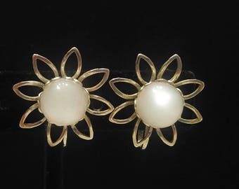 Vintage Silver Tone Daisy Flowers Clip On Earings with Simulated Pearl Center